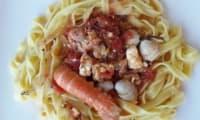 Langoustines, saint-jacques et coques à la tomate et à la feta