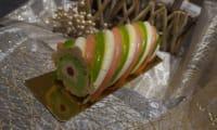 Bûche fraises, vanille et pistaches