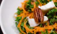 Salade de chou kale à la clémentine, aux carottes et aux noix de pécan
