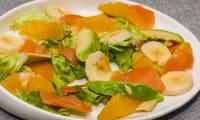Salade de truite fumée à l'avocat, aux bananes et aux oranges