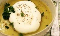 Soupe de pomme de terre et de poireau et sa chantilly aux 5 baies et piment d'Espelette