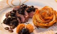Magret de canard, myrtilles-bleuets, corolles de pommes de terre