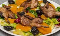 Salade de cailles à l'orange et aux pruneaux