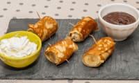 Crêpes fourrées aux bananes, sauce chocolat et chantilly