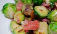 Salade de choux de Bruxelles, aux lardons, aux amandes et au pamplemousse