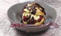 Profiteroles au yaourt glacé framboises et chocolat