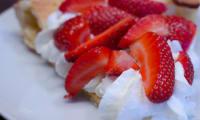 Dutch baby pancake aux fraises et à la chantilly