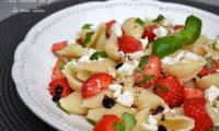 Salade de pâtes conchiglie aux fraises, à la feta et basilic
