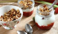 Compote fraise-rhubarbe, yogourt et granola en verrine