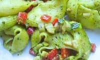 Lumaconi rigati farcis aux légumes d'été, pesto pistaches