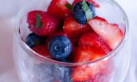 Salade de fruits rouges au citron vert et à la menthe