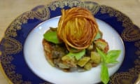 Oeuf en cage de pomme de terre sur lit de ratatouille à l'ail noir