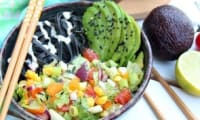 Salade de pâtes aux légumes d'été sauce à l'avocat