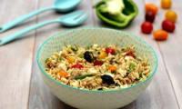 Salade de risetti au thon, feta, pois chiches et légumes