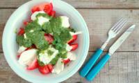 Salade de tomates - mozzarella au pesto de basilic et épinards