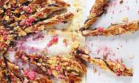Tarte soleil girly à la confiture de fraises-myrtilles-cassis, pralines roses et amandes