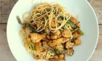 Nouilles chinoises sautées au poulet miel, soja et sésame