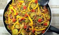 Courgettes, poivrons, tomates et bœuf haché