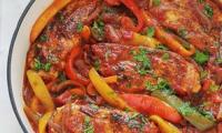 Poulet aux poivrons, oignons et tomates