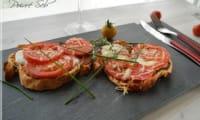 Tartines ensoleillées à la crème d'aubergines, tomates et mozzarella