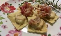 Raviolis pancetta, pignons de pin et romarin