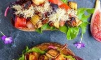 Bruschetta au teff germé et légumes du soleil