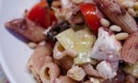 Salade de penne à la tapenade, aux tomates, et aux artichauts