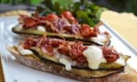 Bruschettas aux aubergines grillées, pancetta croustillante et tomates séchées
