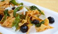 Pâtes fettuccine au pesto rouge, olives et roquette fondante