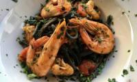 Pâtes aux crevettes royales et aux tomates cerises