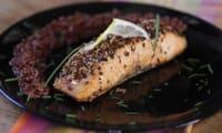 Saumon croustillant au riz rouge