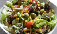 Duo de salade au poulet tomates cerise-maïs et olives