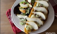 Tartines de pain brioché au potimarron, fourme d'ambert, poires et noisettes