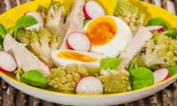 Salade de chou romanesco, poulet, oeuf et radis