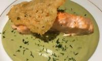 Saumon sur crème de brocolis et sa tuile au parmesan