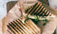Croque-monsieur au kale et oignons confits