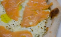 Pizza au fromage frais aux fines herbes et au saumon