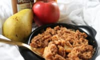 Crumble pommes, poires et caramel au beurre salé
