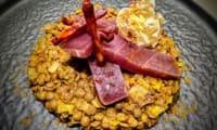 Filet de thon mariné à l'orange sanguine sur dhal de lentilles au chorizo Bellota