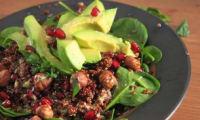 Salade de quinoa rouge, avocat, grenade, noisettes et pousses d'épinards