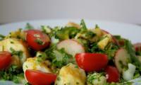Salade de pommes de terre aux tomates cerises et oignons, épicée