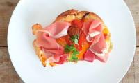 Bruschetta poivrons, tomates cerise, mozzarella et jambon cru