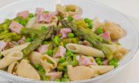 Salade de pâtes aux asperges, petits pois et jambon blanc