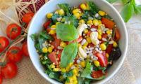 Salade crue de chou kale, tomates, poivrons et maïs