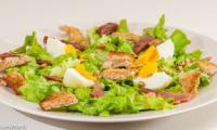 Salade de caille fumée aux oeufs et aux pignons de pin