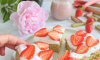 Poke cake rhubarbe et fraises