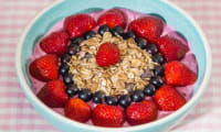 Buddha bowl du matin aux fruits rouges et muesli
