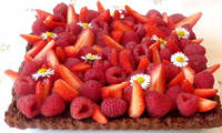 Tarte croustillante au chocolat, fraises et framboises