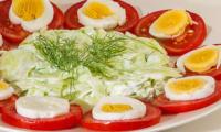 Salade de tomates et concombre aux oeufs