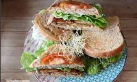 Club sandwich végétalien tofu laitue tomates